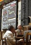 Operadores olham para telas eletrônicas na bolsa de valores de Madri. Quedas nos papéis da Nokia e do Credit Suisse ajudaram as ações europeias a fecharem em baixa nesta quinta-feira, com muitos investidores ainda evitando o mercado acionário devido a temores com a crise de dívida da zona do euro. 14/06/2012 REUTERS/Andrea Comas