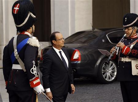 French President Francois Hollande reviews an honour guard as he arrives for a meeting with Italian Prime Minister Mario Monti at Chigi palace in Rome June 14, 2012 . REUTERS/Max Rossi