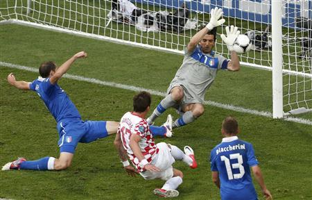 Croatia's Mario Mandzukic (C) scores a goal against Italy during their Group C Euro 2012 soccer match at the ctiy stadium in Poznan June 14, 2012. REUTERS/Bartosz Jankowski