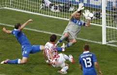 O croata Mario Mandzukic (centro) marca um gol contra a Itália durante uma partida no estádio municipal de Poznan, 14 de junho de 2012. REUTERS/Bartosz Jankowski