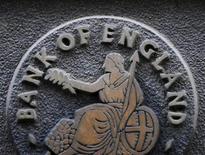 Табличка с изображением Британии на здании Банка Англии в Лондоне, 4 февраля 2010 года. Банк Англии сообщил в пятницу, что проведет первую экстренную операцию по предоставлению ликвидности банкам на следующей неделе в рамках программы мер, направленных на увеличение кредитования в экономике Великобритании на фоне ухудшения кризиса еврозоны. REUTERS/Toby Melville