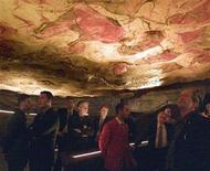 Las pinturas rupestres de las cuevas de Altamira y otras en España son miles de años más antiguas de lo que se creía - lo suficiente para haber sido creadas no por homo sapiens, sino por neandertales, la especie que vivió en Europa mucho antes de que los actuales humanos llegaran desde África. En la imagen, varias personas contemplan la réplica de las cuevas de Altamira en una fotografía de archivo de 2002. REUTERS/Víctor Fraile