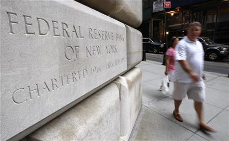 People walk past the Federal Reserve building in New York , September 14, 2008. REUTERS/Chip East