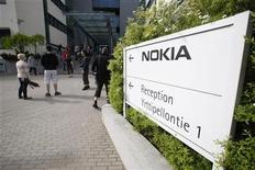 Nokia employees arrive for a personnel briefing in Oulu, June 14, 2012. REUTERS/Markku Ruottinen/Lehtikuva