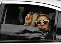 """<p>La cantante Lady Gaga saluda a su llegada al aeropuerto Changi de Singapur, mayo 26 2012. El Gobierno tailandés atacó por segunda vez en pocas semanas a la sensación del pop Lady Gaga al presentar una denuncia ante la policía por el uso """"ofensivo"""" de su bandera nacional el mes pasado durante un concierto para el que se agotaron las entradas. REUTERS/Tim Chong</p>"""