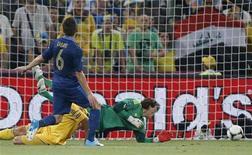 O francês Yohan Cabaye marca um segundo gol contra a Ucrânia durante a partida da Eurocopa no estádio Donbass Arena em Donetsk, 15 de junho de 2012. REUTERS/Charles Platiau