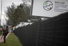 Soldado do Exército brasileiro patrulha a área do Rio Centro, onde acontece a conferência da Rio+20, no Rio de Janeiro. 12/06/2012 REUTERS/ Ricardo Moraes