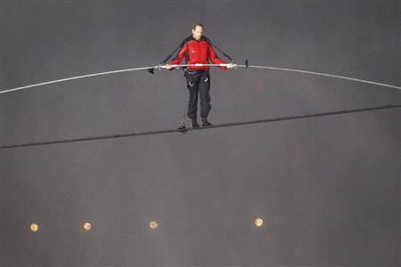 Tightrope walker Nik Wallenda walks the high wire from the U.S. side to the Canadian side over the Horseshoe Falls in Niagara Falls, Ontario, June 15, 2012. REUTERS/Mike Cassese