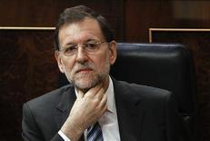 El presidente del Gobierno, Mariano Rajoy, hizo el sábado un llamamiento a una mayor unión fiscal y política en la Unión Europea, urgiendo a los griegos a mantenerse en el euro mientras se preparan para unas elecciones cuyo resultado podría afectar al futuro de la moneda única. En la imagen, Mariano Rajoy escucha una pregunta de la oposición en el Parlamento durante la sesión de control, en Madrid, el 13 de junio de 2012. REUTERS/Andrea Comas