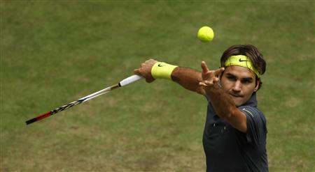 Roger Federer of Switzerland serves the ball to Mikhail Youzhny of Russia at the semi-final of the Halle Open ATP tennis tournament in Halle June 16, 2012. REUTERS/Ina Fassbender