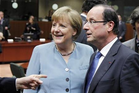 Germany's Chancellor Angela Merkel and France's President Francois Hollande (R) attend an informal EU leaders summit in Brussels May 23, 2012. REUTERS/Francois Lenoir