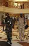 Los observadores de Naciones Unidas enviados a Siria para supervisar una débil tregua suspendieron sus actividades el sábado en respuesta al incremento de la violencia en el país, que amenaza con desmantelar un plan de paz forjado por el mediador internacional Kofi Annan. En la imagen, miembros de la misión de observadores de Naciones Unidas, en su hotel de Damasco tras la cancelación de sus actividades, el 16 de junio de 2012. REUTERS/Khaled al- Hariri