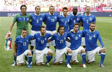 Italy's players pose for a team photo before the start of their Group C Euro 2012 soccer match against Spain at the PGE Arena in Gdansk, June 10, 2012. REUTERS/Tony Gentile