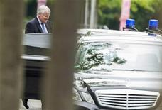 The leader of the Christian Social Union (CSU) party Horst Seehofer leaves the Chancellery after talks with the heads of the government coalition parties in Berlin, June 4, 2012. REUTERS/Thomas Peter (GERMANY - Tags: POLITICS)
