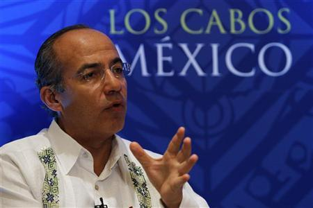Mexican President Felipe Calderon talks to the media in Los Cabos June 16, 2012. REUTERS/Mariana Bazo