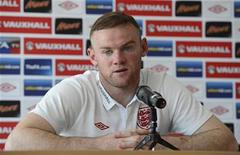 """O atacante Wayne Rooney da Inglaterra ouve perguntas de jornalistas durante coletiva de imprensa na Cracóvia. Invicta na Euro 2012, a seleção inglesa se sente mais relaxada e confiante com o novo técnico Roy Hodgson porque ele é inglês e nada """"se perde na tradução"""", disse Rooney neste domingo. 17/06/2012 REUTERS/Nigel Roddis"""