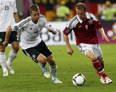 Denmark's Michael Krohn-Dehli (R) challenges Germany's Lars Bender during their Euro 2012 Group B soccer match at the New Lviv stadium in Lviv, June 17, 2012. REUTERS/Eddie Keogh