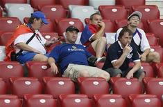 Болельщики сборной России сидят на трибунах после матча против Греции в Варшаве, 16 июня 2012 года. Сборная Греции выбила Россию из чемпионата Европы по футболу, забив единственный гол в субботнем матче и выйдя в четвертьфинал. REUTERS/Pascal Lauener