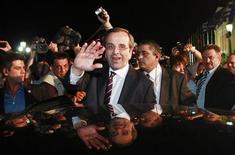 """Лидер партии """"Новая демократия"""" Антонис Самарас приветствует сторонников в Афинах, 17 июня 2012 года. Партии, выступающие за многомиллиардный план финансовой помощи Греции, лидируют на воскресных парламентских выборах и смогут в случае победы сформировать большинство, которое удержит охваченную экономическим кризисом страну в зоне евро. REUTERS/John Kolesidis"""