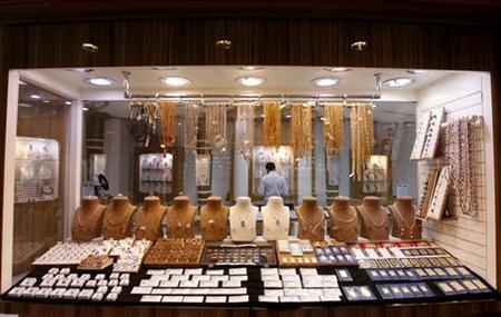 A window display is seen at a jewellery store at Gold and Diamond Park, a shopping mall specialized in gold and diamond retailing, in Dubai November 15, 2011. REUTERS/Jumana El Heloueh/Files