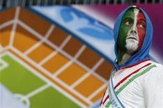 Болельщик сборной Италии во время матча против Хорватии в Познани 14 июня 2012 года. Матч между командами Италии и Ирландии пройдет в группе С в понедельник. REUTERS/Sergio Perez