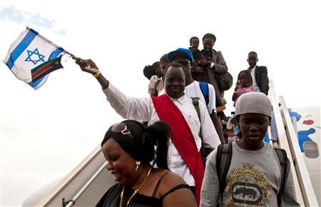 South Sudanese disembark from a plane from Israel that arrived at the airport in Juba June 18, 2012. REUTERS/Adriane Ohanesian