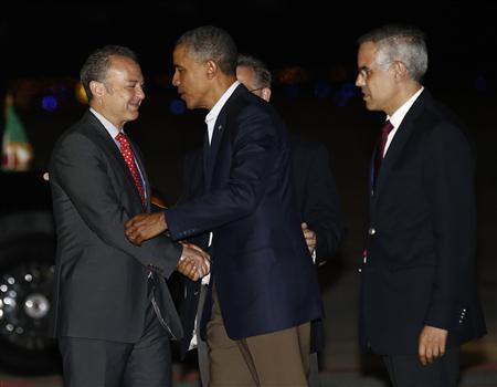 U.S. President Barack Obama (C) is greeted by Mexico's Undersecretary for North America Julian Ventura (R) and an unidentified offical (L) upon Obama's arrival in Los Cabos June 17, 2012. REUTERS/Jason Reed