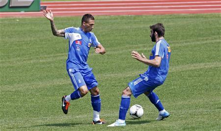 Greece's Jose Holebas (L) attends a training session for the Euro 2012 soccer championships at a stadium in Legionowo, June 18, 2012. REUTERS/Jerzy Dudek
