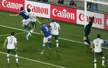 Italy's Antonio Cassano (2ndL) scores a goal against Ireland during their Group C Euro 2012 soccer match at the City stadium in Poznan, June 18, 2012. REUTERS/Bartosz Jankowski