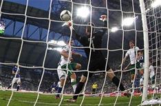 O goleiro da Irlanda, Shay Given, não consegue defender a bola após o italiano Antonio Cassando (segundo à direita) chutar durante uma partida em Poznan, 18 de junho de 2012. REUTERS/Dominic Ebenbichler