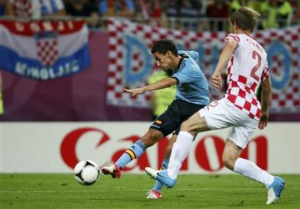 Spain's Jesus Navas (L) shoots to score a goal past Croatia's Ivan Strinic during their Group C Euro 2012 soccer match at the PGE Arena in Gdansk June 18, 2012. REUTERS/Kai Pfaffenbach