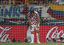 Защитник сборной Хорватии Гордон Шильденфельд после пропущенного гола в матче с Испанией на чемпионате Европы в Гданьске 18 июня 2012 года. Победители двух последних чемпионатов мира, сборные Испании и Италии, пробились в понедельник в четвертьфинал европейского первенства, выбив из турнира хорватскую сборную. REUTERS/Juan Medina