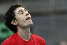 Игорь Куницын после поражения в матче против Юргена Мельцера в Вене, 10 февраля 2012 года. Трое россиян не смогли в понедельник преодолеть барьер первого круга на теннисном турнире Den Bosch Open в Голландии. REUTERS/Heinz-Peter Bader