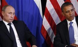 Президент США Барак Обама (справа) и президент России Владимир Путин на встрече в Лос-Кабосе, Мексика 18 июня 2012 года. Президент США Барак Обама и президент России Владимир Путин договорились, что насилие в Сирии необходимо прекратить, но не предложили новых решений и не смогли преодолеть разногласий по поводу введения дополнительных санкций против Дамаска. REUTERS/Jason Reed