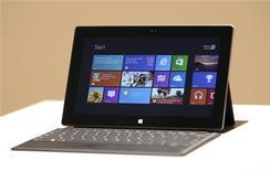 Планшет Microsoft Surface на презентации в Лос-Анджелесе, 18 июня 2012 года. Microsoft Corp представила собственную линию планшетов, сделав важнейший для себя стратегический ход в попытке конкурировать с Apple Inc. REUTERS/David McNew