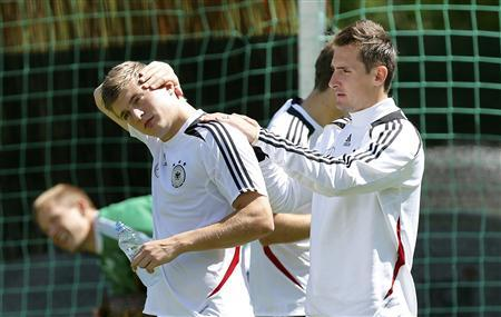 Germany's national soccer player Toni Kroos (L) and Miroslav Klose warm-up during a training session in Gdansk, June 19, 2012, ahead of their Euro 2012 match against Greece on June 22. REUTERS/Thomas Bohlen