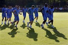 Футболисты сборной Франции на тренировке под Донецком 16 июня 2012 года. Матч группы D между сборными Швеции и Франции состоится во вторник в Киеве в рамках чемпионата Европы. REUTERS/Charles Platiau