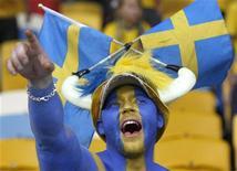 Болелбщик сборной Швеции по футболу поддерживает свою команду в матче группы D против Англии в Киеве 15 июня 2012 года. Матч группы D между сборными Швеции и Франции состоится во вторник, 19 июня, в рамках чемпионата Европы. REUTERS/Alexander Demianchuk