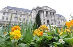Вид на здание Банка Англии в Лондоне 20 марта 2008 года. Банк Англии сообщил, что в среду предоставит 5 миллиардов фунтов стерлингов в ходе первого аукциона репо с расширенной залоговой базой (ECTR), направленного на увеличение кредитования в экономике Великобритании на фоне ухудшения кризиса еврозоны. REUTERS/Toby Melville