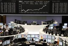 Трейдеры на торгах фондовой биржи во Франкфурте-на-Майне 19 июня 2012 года. Европейские рынки акций закрылись на максимуме 1 месяца во вторник после того как мрачные данные из Германии возродили надежды на новые монетарные стимулы, которые спровоцируют краткосрочное ралли на рынках. REUTERS/Remote/Michael Leckel