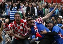 Torcedores da Croácia reagem após o time croata marcar um gol durante a partida contra a Itália, 14 de junho de 2012. REUTERS/Kacper Pempel