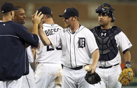 Detroit Tigers closer pitcher Phil Coke (2nd R) and catcher Gerald Laird (R) celebrate with teammates after their victory over the Saint Louis Cardinals during the ninth inning of their American League MLB baseball game in Detroit, Michigan June 19, 2012. REUTERS/Rebecca Cook