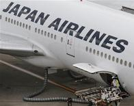 <p>Japan Airlines devrait demander mercredi à faire son retour en Bourse au mois de septembre pour lever environ huit milliards de dollars (6,3 milliards d'euros), ce qui en ferait l'un des rares exemples de redressement réussi d'une entreprise sauvée de la faillite par l'Etat japonais. /Photo d'archives/REUTERS/Kim Kyung-Hoon</p>