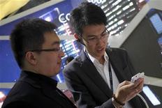 <p>La Chine, premier marché mondial de la téléphonie mobile, a vu le nombre de ses abonnés aux services mobiles augmenter de 1,07% en mai, pour atteindre 1,03 milliard. /Photo prise le 20 juin 2012/REUTERS/Aly Song</p>