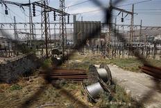Электростанция компании Public Power Corporation (PPC) в пригороде Афин Керацини, 1 июня 2012 года. Греческая газовая компания DEPA получила 100 миллионов евро банковских кредитов для оплаты поставок газа до конца августа, сообщил представитель компании в среду. REUTERS/John Kolesidis