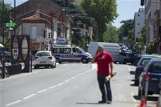 """Полиция блокирует улицы, на которой неизвестный захватил заложников в банке в Тулузе 20 июня 2012 года. Мужчина, заявляющий о членстве в """"аль-Каиде"""", захватил четверых заложников, включая управляющего, в банке в Тулузе, сообщила полиция в среду. REUTERS/Bruno Martin"""