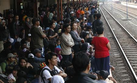 Passengers wait for a train which will take them to their hometown at the Pasar Senen train station in Jakarta August 25, 2011. REUTERS/Supri