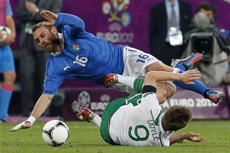 Italy's Daniele De Rossi (L) falls over Ireland's Kevin Doyle during their Group C Euro 2012 soccer match in Poznan, June 18, 2012. REUTERS/Petr Josek