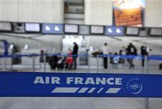 <p>Air France-KLM prévoit une baisse des effectifs de la société Air France de 5.120 personnes d'ici décembre 2013, sur un total de 49.300 salariés sous contrat français. /Photo d'archives/REUTERS/Eric Gaillard</p>
