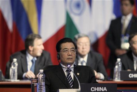 China's President Hu Jintao (R) waits for the start of the first session of the G20 Summit in Los Cabos June 18, 2012. REUTERS/Edgard Garrido